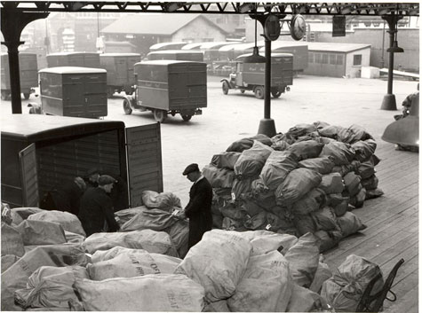 King Edward Building Foreign Section, Christmas mails for the empire - airborne traffic (1938)