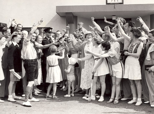 A postman delivers mail to members of the public at Gorleston-on-Sea holiday camp. (POST 118/677)
