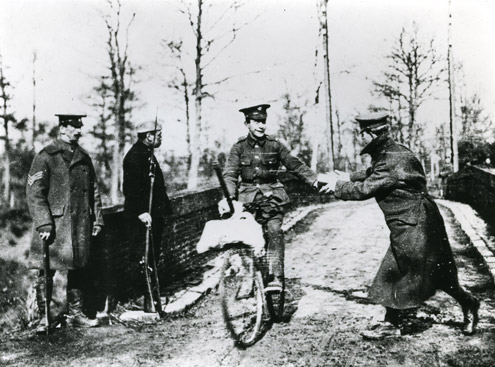 Delivering mail to troops during the First World War (POST 118/5429).