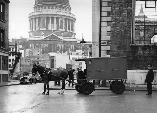 The last horse drawn mail used in London leaves on delivery. (POST 118/1982)