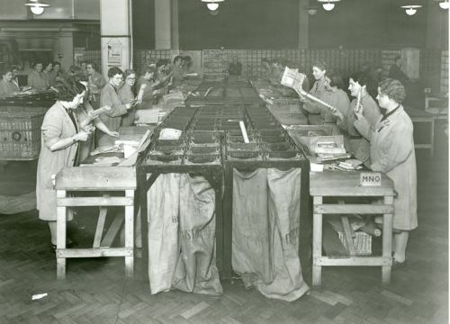 Women sorting the mail during the Second World War.